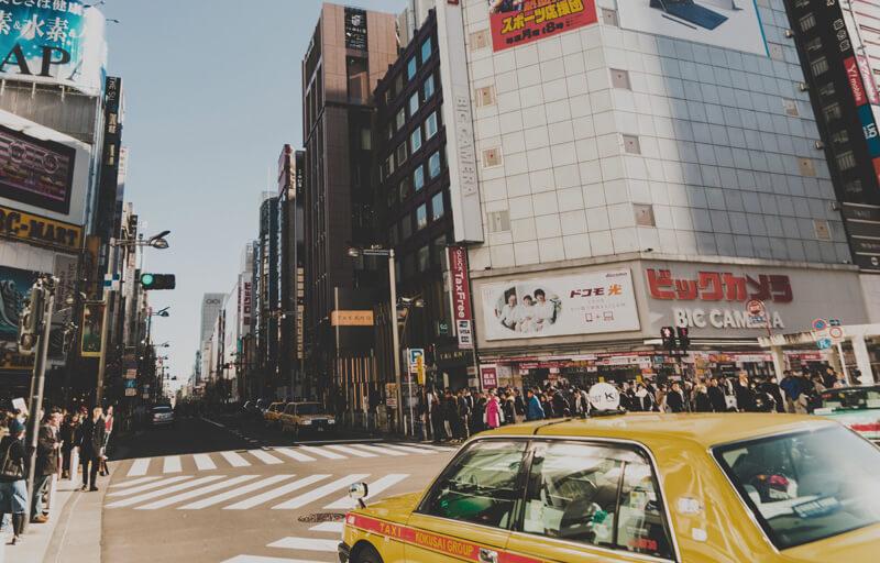 交差点とタクシー